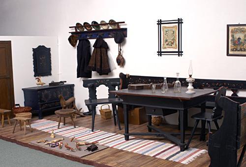 Nagykunsági lakószoba kunkék festett bútorokkal