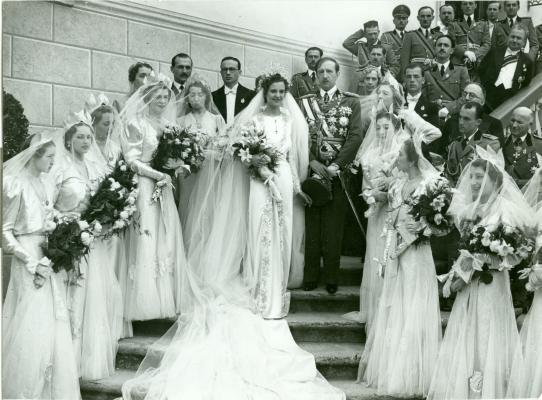 Esküvői csoportkép a szertartást követően: Zogu király, jobbján Geraldine királyné