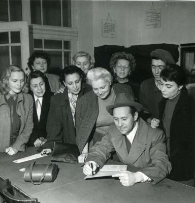 1952. szept. 25.:  Békekölcsönjegyzés a Nemzetiben
