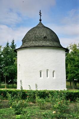 A palócok legrégibb templomaik jellemzően körtemplomok voltak. A köralak önmagában is a tökéletességet, a végtelent, az istenit idézi. A képen: a benyi román kori körtemplom.