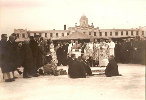 A Maurinum alapkőletétele 1928-ban. A gödörben Vasváry Ferenc rektor mond beszédet. (Pécs)