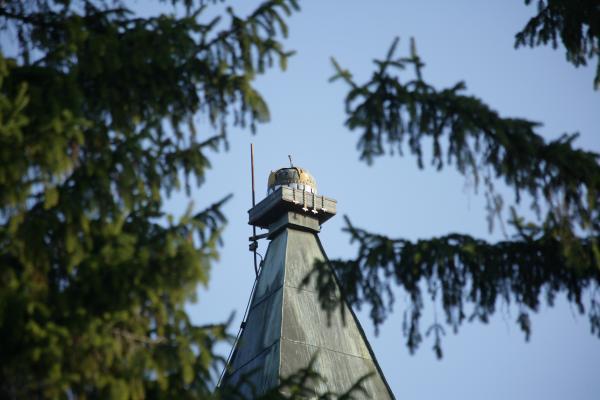 A Szent Korona a templomtorony csúcsán Mátyás király idejéből. Ipolybalog
