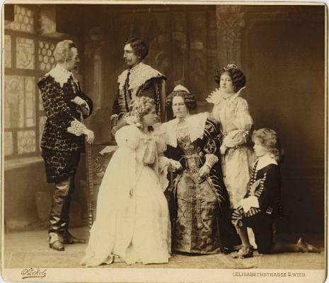 Izabella főhercegnő és gyermekei műkedvelő színielőadás szereplőiként dr. Josef Székely bécsi fotográfus felvétele, Pozsony, 1895 körül\r\n