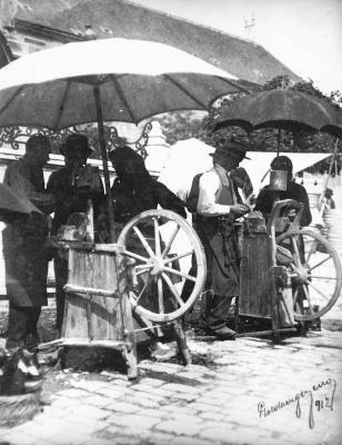 Köszörűsök a piacon, 1912, Pécs