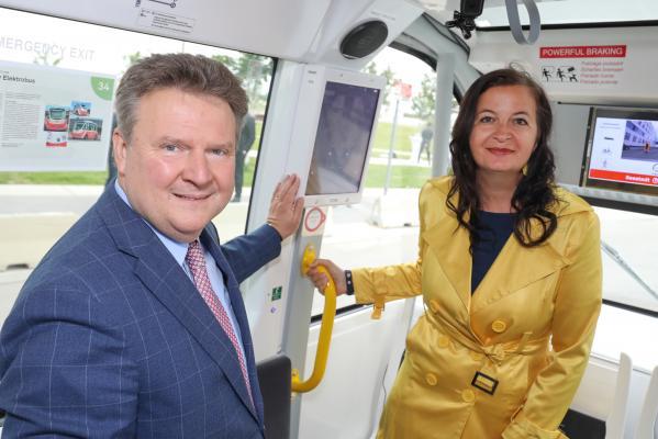 Bécs polgármestere, Michael Ludwig és Ulli Sima környezetvédelmi városi tanácsnok elsőként tesztelhette az önjáró buszokat