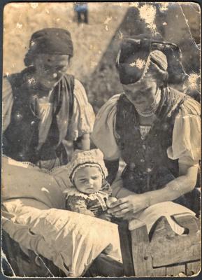 Palóc édesanya ringatja a bölcsőben gyermekét