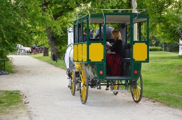 Postakocsi a Helikon Kastély parkjában