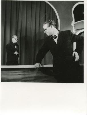 Darvas Szilárd a paraván előtt az Állami Bábszínház Sztárparádé című előadásának jelenete. 1951.